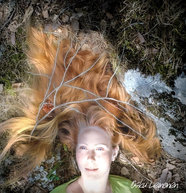Nainen ja hiukset, kuvamuokkuas Osku Leinonen